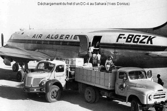 Déchargement du fret d'un DC-4 au Sahara (Yves Donius)