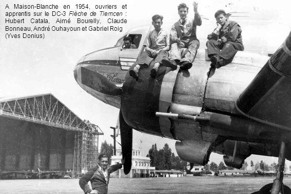 A Maison-Blanche en 1954, ouvriers et apprentis sur le DC-3 Flèche de Tlemcen : Hubert Catala, Aimé Bourelly, Claude Bonneau, André Ouhayoun et Gabriel Roig