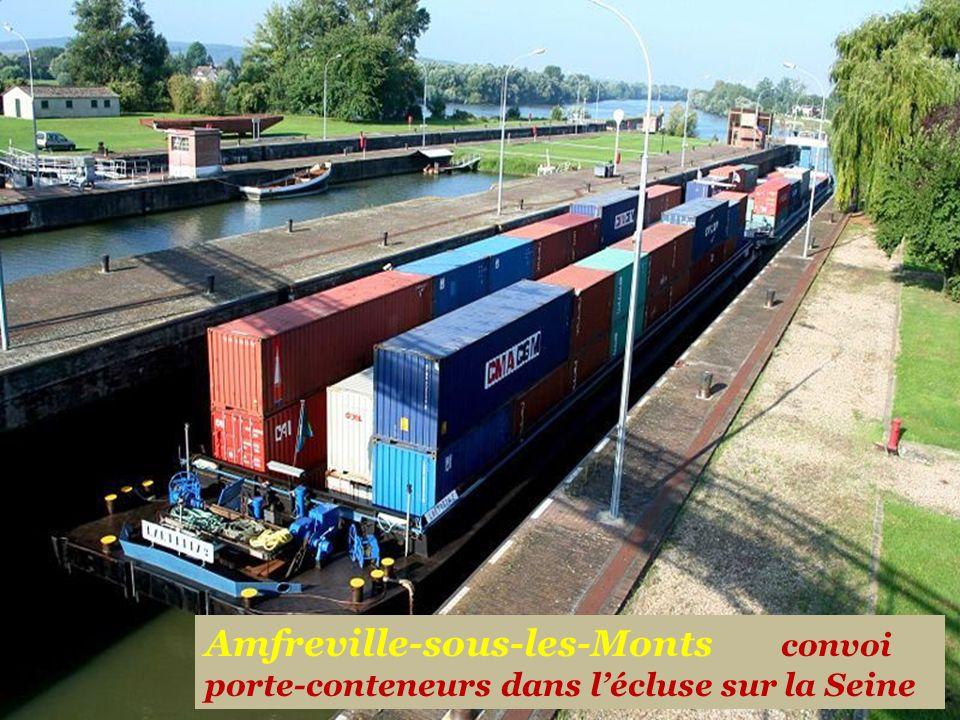 Amfreville-sous-les-Monts convoi porte-conteneurs dans l'écluse sur la Seine