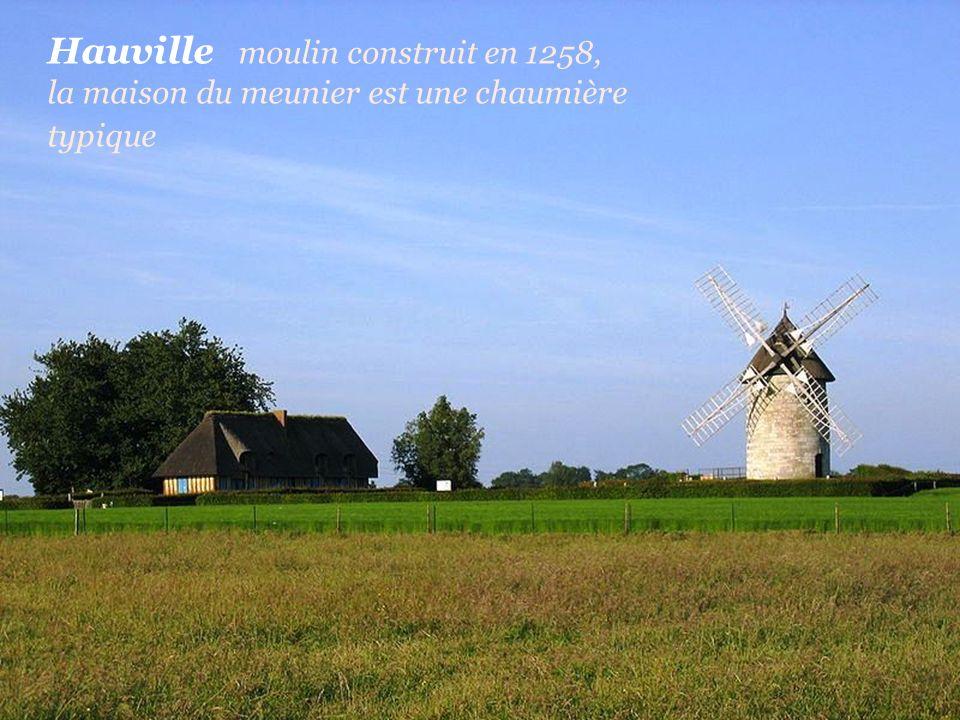 Hauville moulin construit en 1258, la maison du meunier est une chaumière typique
