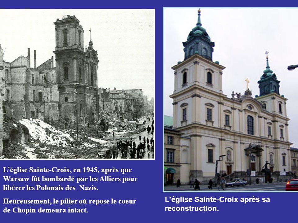 L'église Sainte-Croix, en 1945, après que Warsaw fût bombardé par les Alliers pour libérer les Polonais des Nazis.