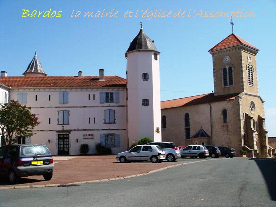 Bardos la mairie et l'église de l'Assomption