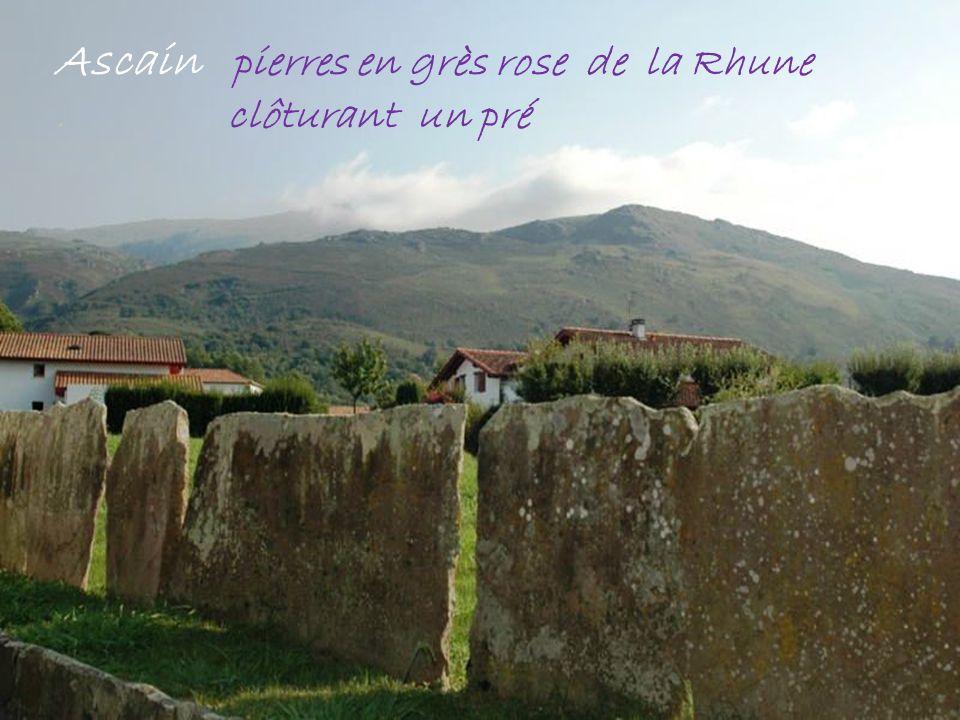 Ascain pierres en grès rose de la Rhune . clôturant un pré