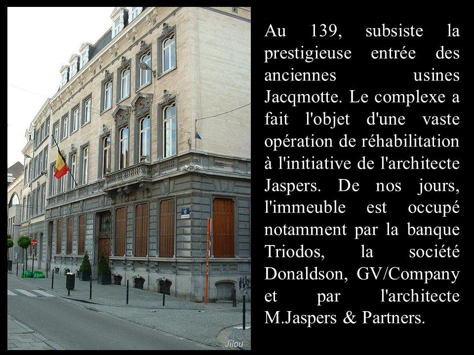 Au 139, subsiste la prestigieuse entrée des anciennes usines Jacqmotte