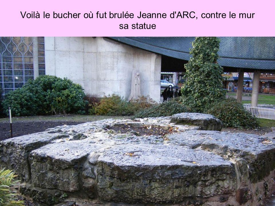 Voilà le bucher où fut brulée Jeanne d ARC, contre le mur sa statue