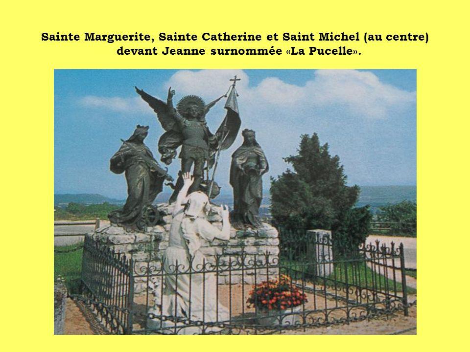 Sainte Marguerite, Sainte Catherine et Saint Michel (au centre) devant Jeanne surnommée «La Pucelle».