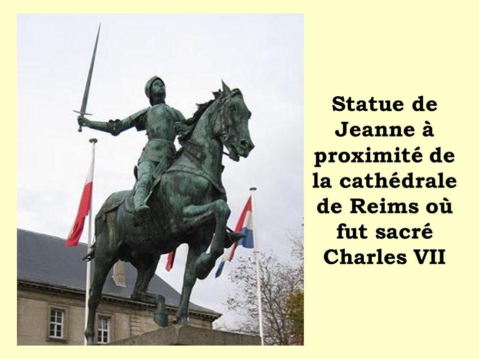Statue de Jeanne à proximité de la cathédrale de Reims où fut sacré Charles VII
