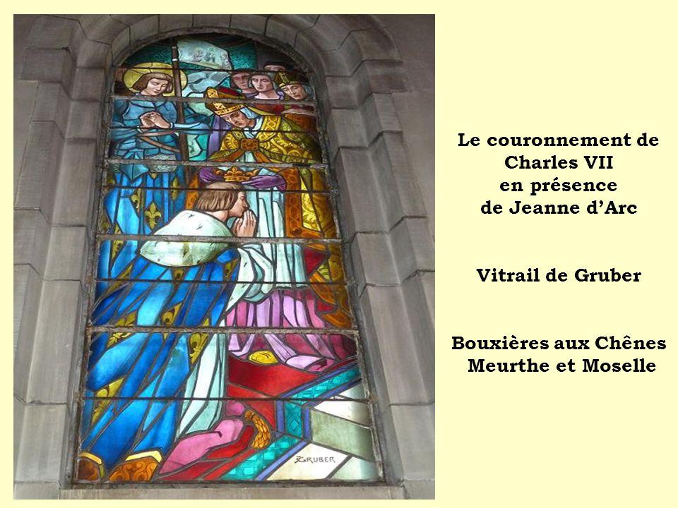 Le couronnement de Charles VII en présence de Jeanne d'Arc Vitrail de Gruber Bouxières aux Chênes Meurthe et Moselle
