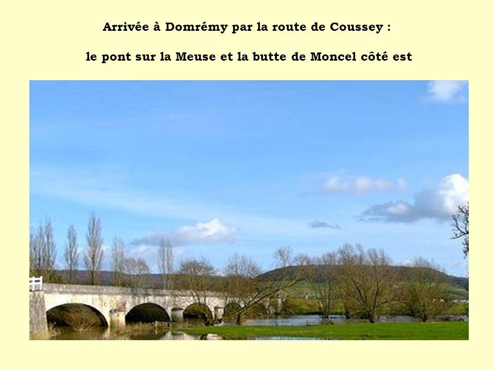 Arrivée à Domrémy par la route de Coussey : le pont sur la Meuse et la butte de Moncel côté est