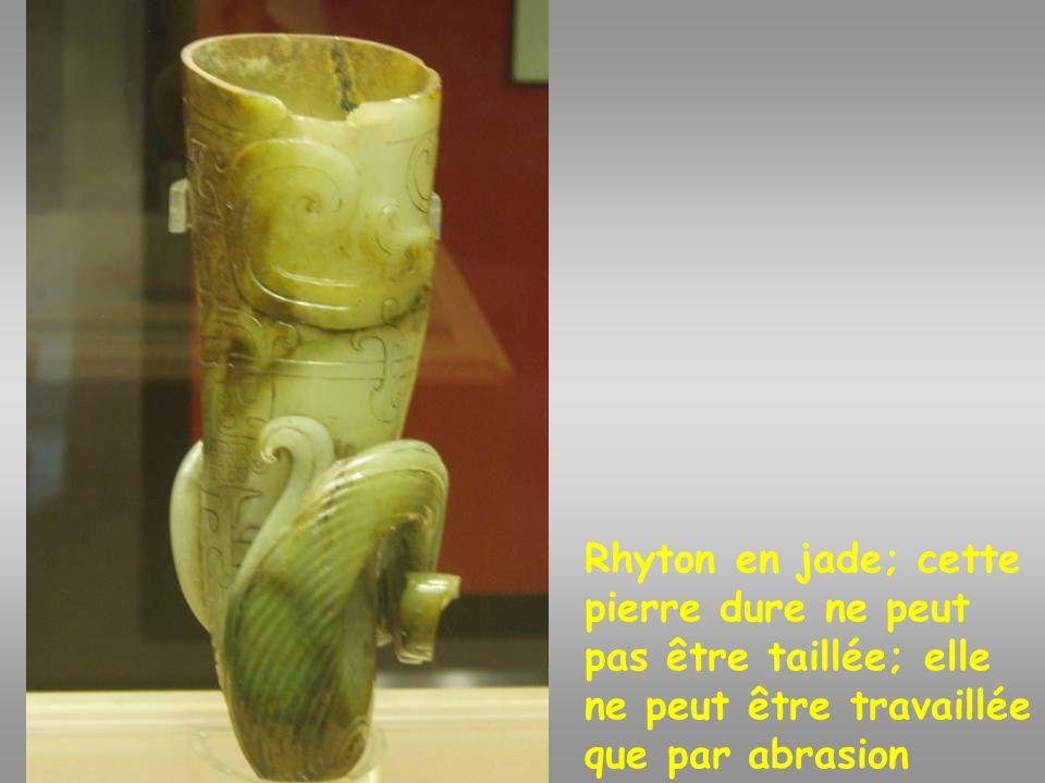 Rhyton en jade Rhyton en jade; cette pierre dure ne peut pas être taillée; elle ne peut être travaillée que par abrasion.