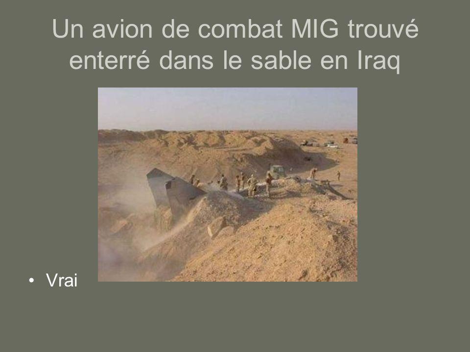 Un avion de combat MIG trouvé enterré dans le sable en Iraq