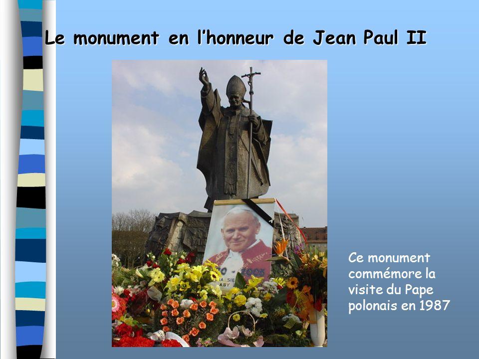 Le monument en l'honneur de Jean Paul II
