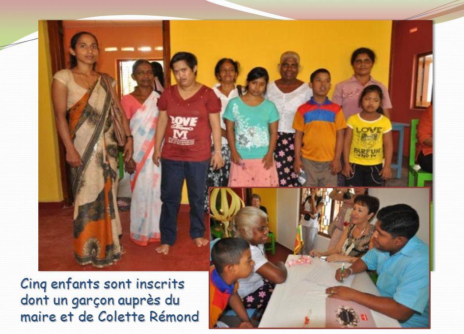 Les enfants , leurs mères et Kumudinie, l'institutrice engagée pour l'encadrement de ces enfants