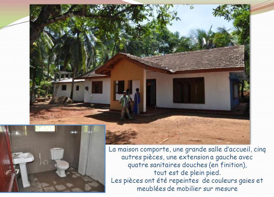 La maison comporte, une grande salle d'accueil, cinq autres pièces, une extension a gauche avec quatre sanitaires douches (en finition), tout est de plein pied.