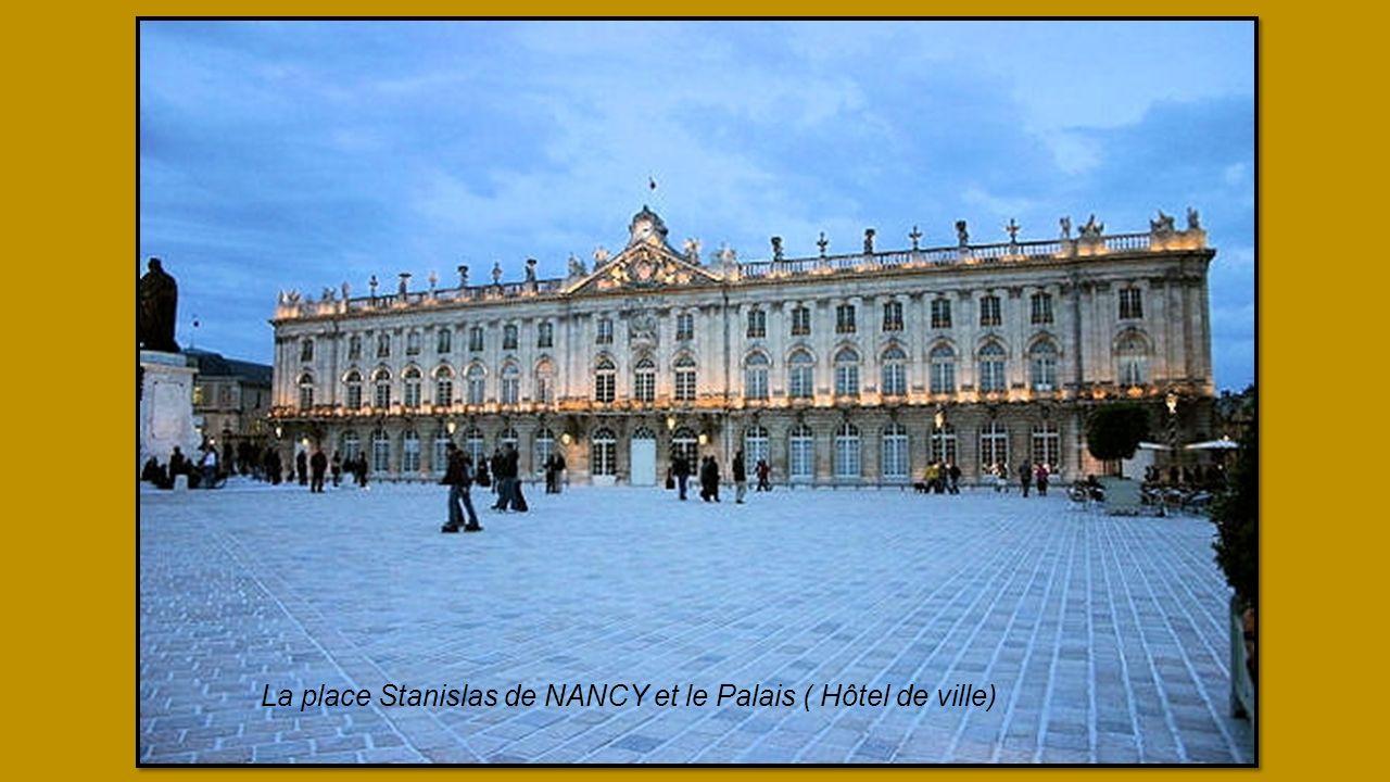 La place Stanislas de NANCY et le Palais ( Hôtel de ville)