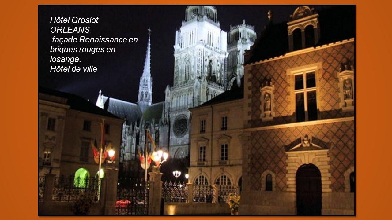 Hôtel Groslot ORLEANS façade Renaissance en briques rouges en losange. Hôtel de ville