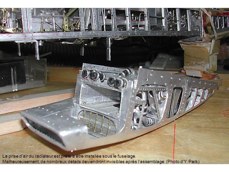 La prise d air du radiateur est prête à être installée sous le fuselage.