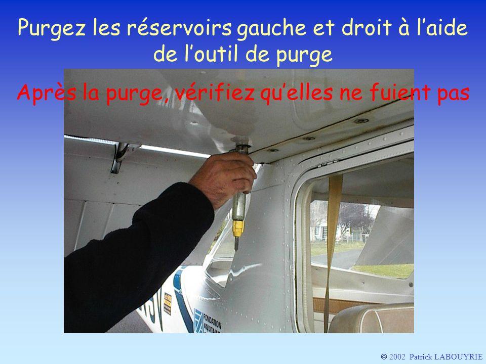 Purgez les réservoirs gauche et droit à l'aide de l'outil de purge