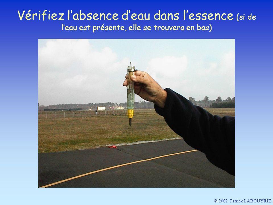 Vérifiez l'absence d'eau dans l'essence (si de l'eau est présente, elle se trouvera en bas)