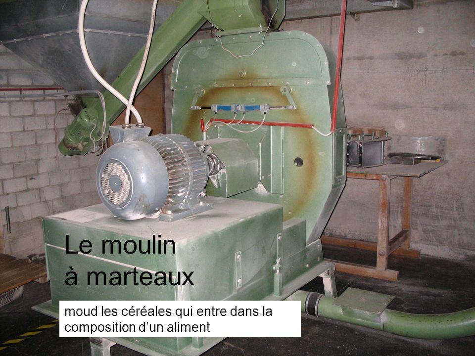 Le moulin à marteaux moud les céréales qui entre dans la composition d'un aliment