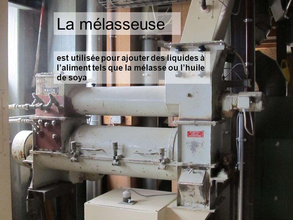 La mélasseuse est utilisée pour ajouter des liquides à l'aliment tels que la mélasse ou l'huile de soya.