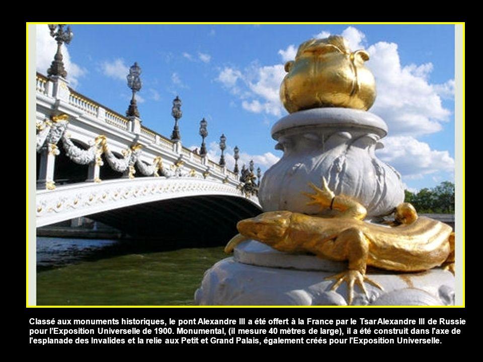 Classé aux monuments historiques, le pont Alexandre III a été offert à la France par le Tsar Alexandre III de Russie pour l'Exposition Universelle de 1900.