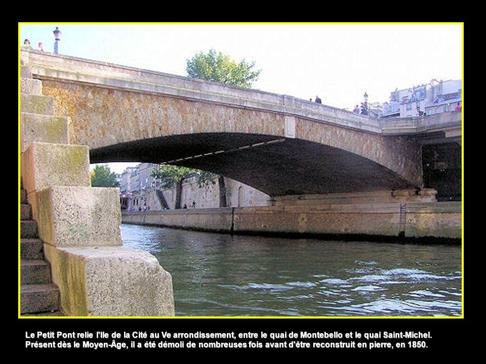 Le Petit Pont relie l Ile de la Cité au Ve arrondissement, entre le quai de Montebello et le quai Saint-Michel.