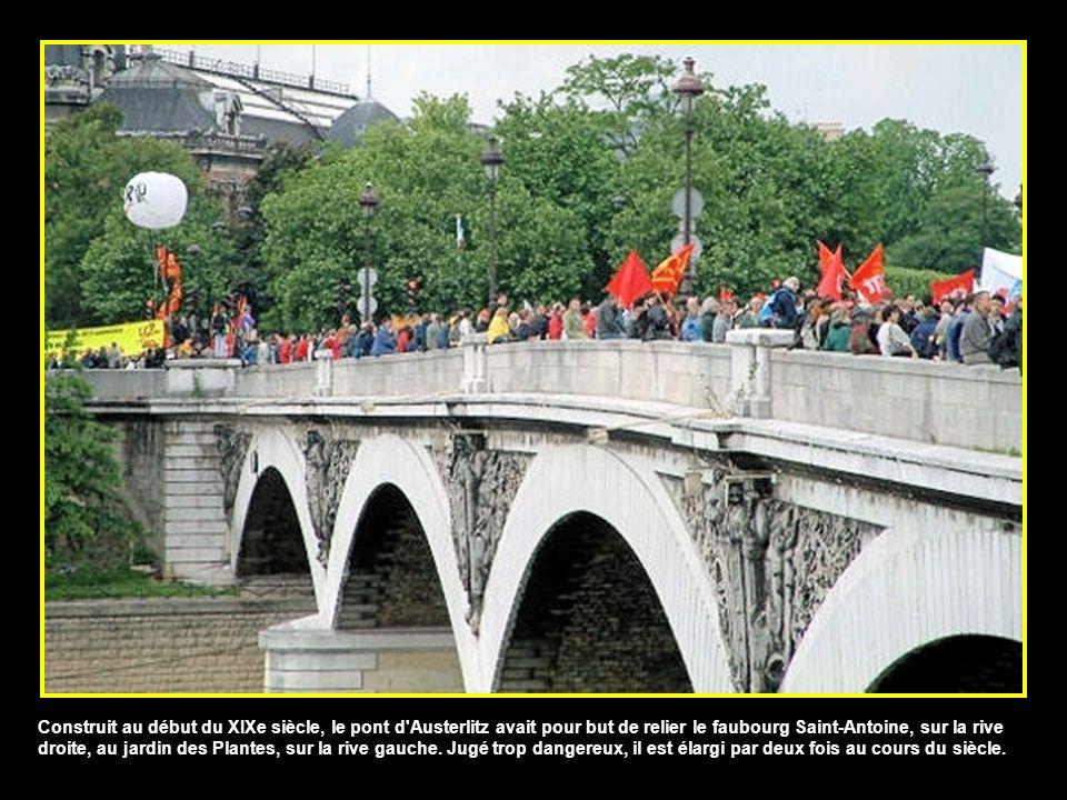 Construit au début du XIXe siècle, le pont d Austerlitz avait pour but de relier le faubourg Saint-Antoine, sur la rive droite, au jardin des Plantes, sur la rive gauche.