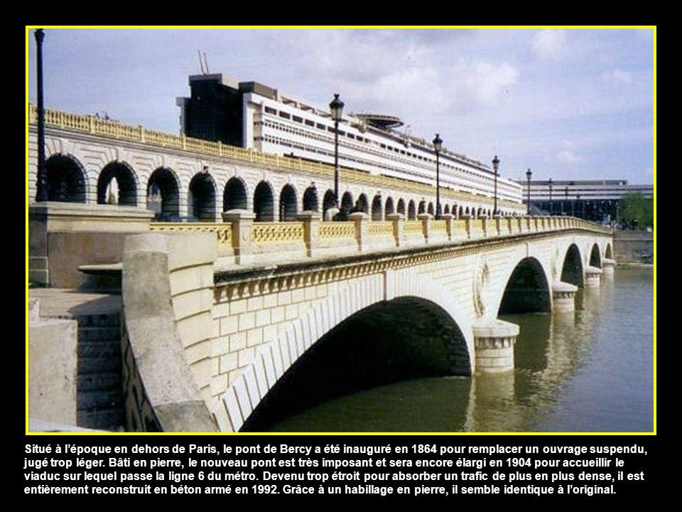 Situé à l'époque en dehors de Paris, le pont de Bercy a été inauguré en 1864 pour remplacer un ouvrage suspendu, jugé trop léger.