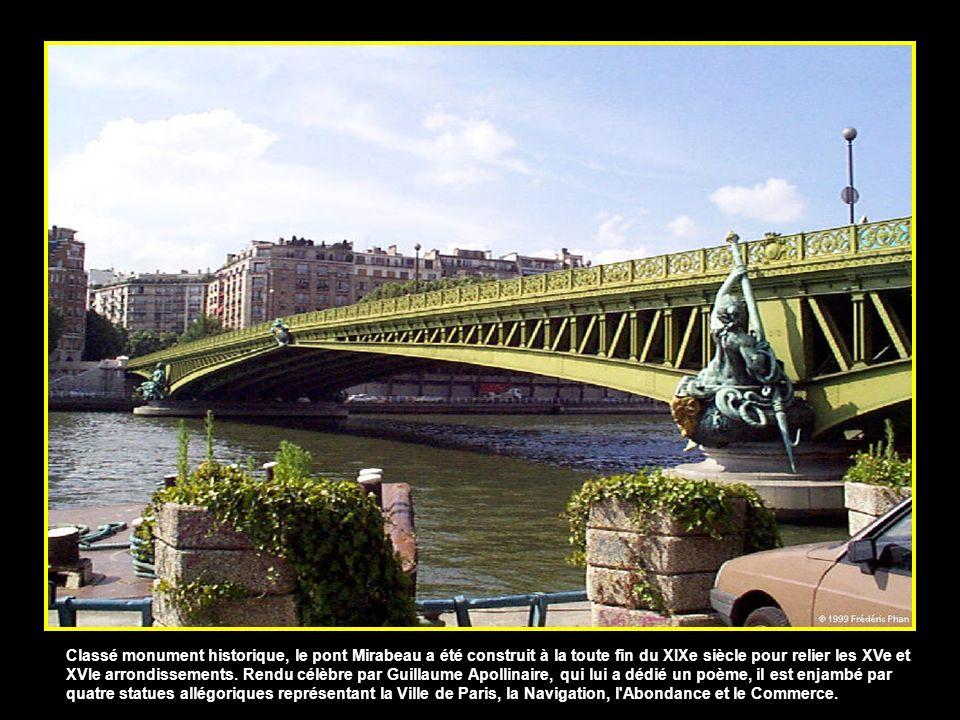 Classé monument historique, le pont Mirabeau a été construit à la toute fin du XIXe siècle pour relier les XVe et XVIe arrondissements.