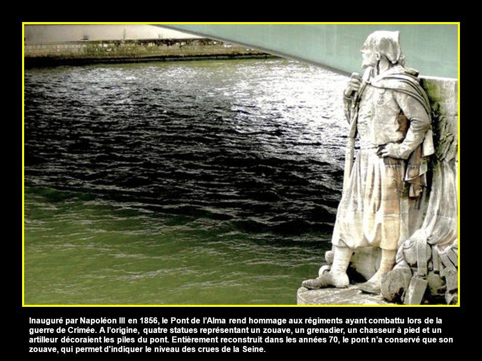 Inauguré par Napoléon III en 1856, le Pont de l'Alma rend hommage aux régiments ayant combattu lors de la guerre de Crimée.
