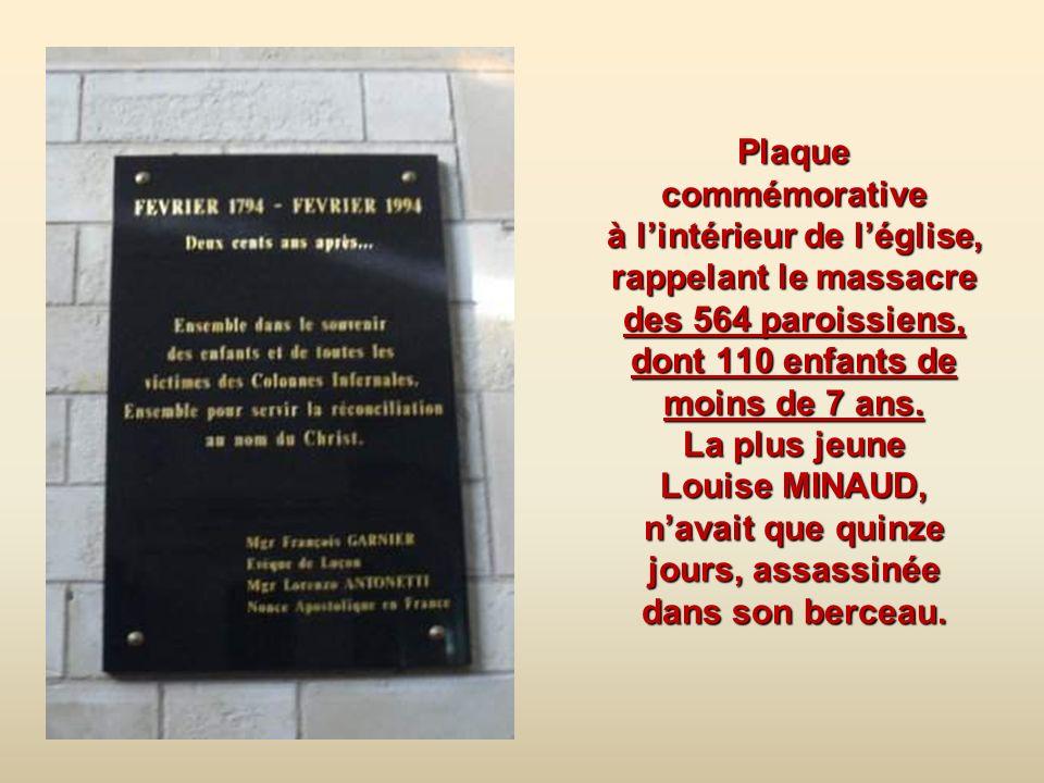 Plaque commémorative à l'intérieur de l'église, rappelant le massacre des 564 paroissiens, dont 110 enfants de moins de 7 ans.