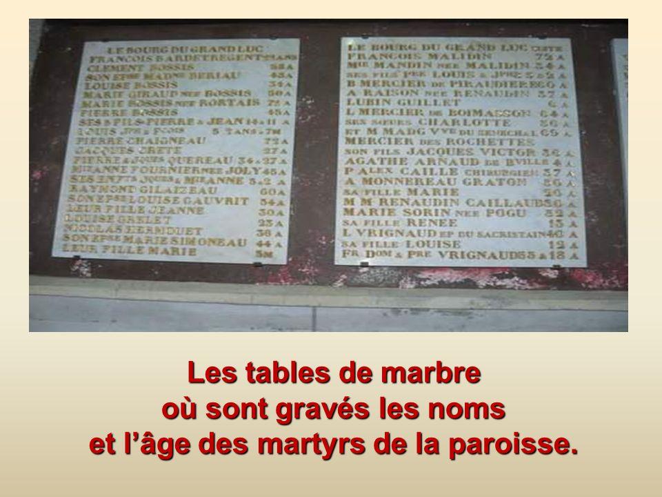 Les tables de marbre où sont gravés les noms et l'âge des martyrs de la paroisse.