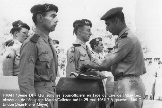 PMAH 19ème DI - Qui sont les sous-officiers en face du Cne de Pitray aux obsèques de l'équipage Marais/Galleton tué le 25 mai 1961 .
