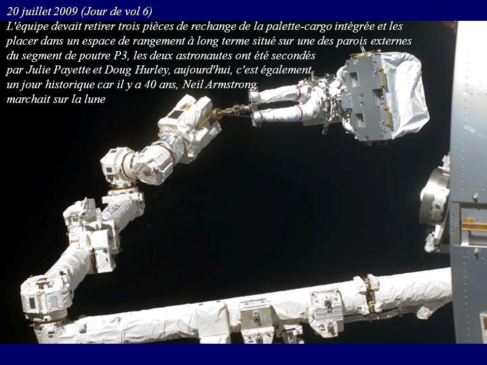 20 juillet 2009 (Jour de vol 6) L équipe devait retirer trois pièces de rechange de la palette-cargo intégrée et les.