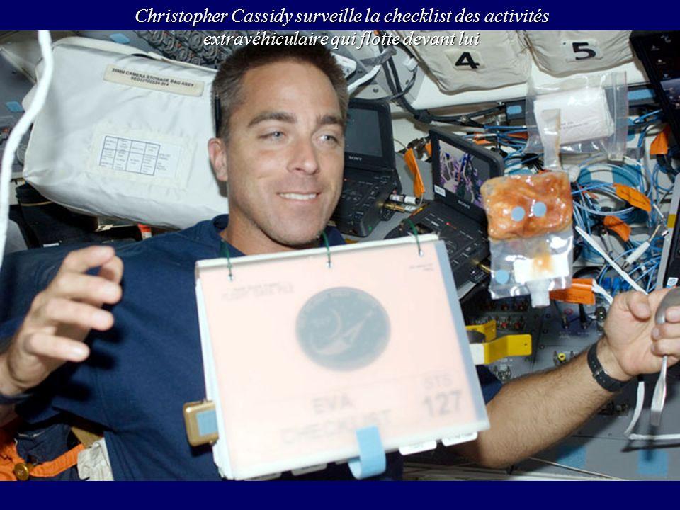 Christopher Cassidy surveille la checklist des activités