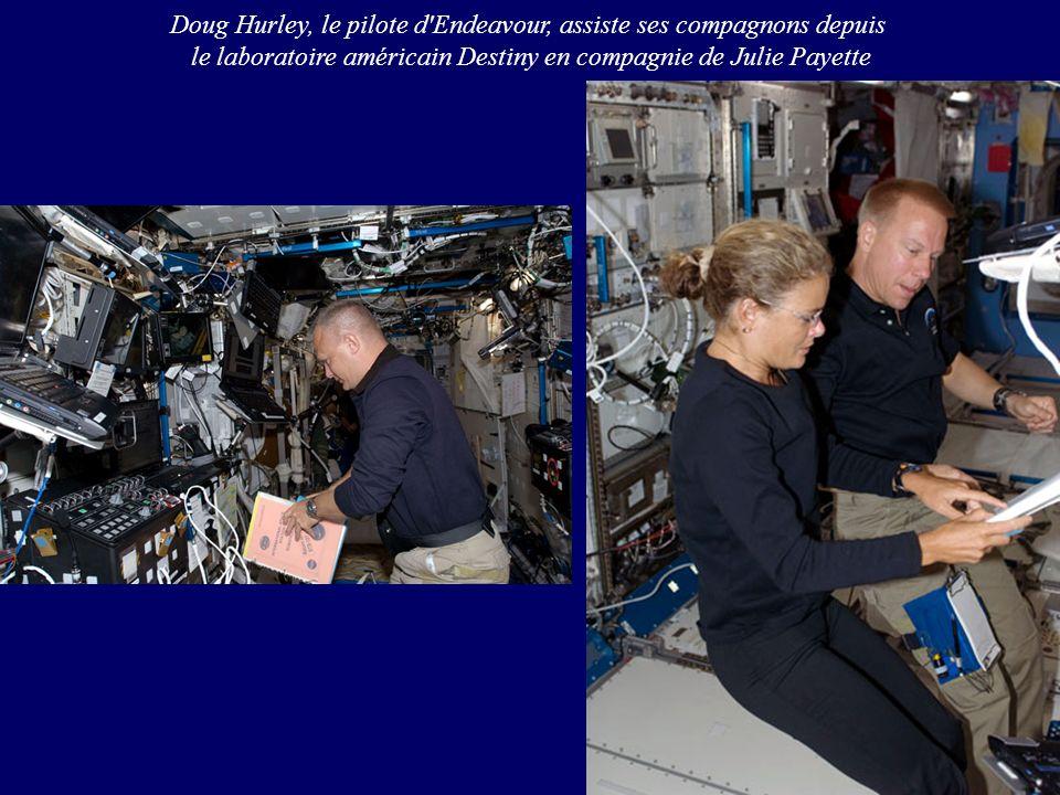 Doug Hurley, le pilote d Endeavour, assiste ses compagnons depuis