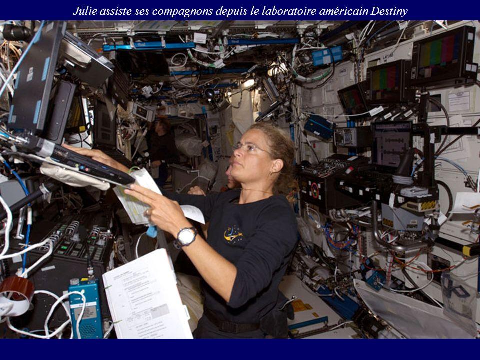 Julie assiste ses compagnons depuis le laboratoire américain Destiny