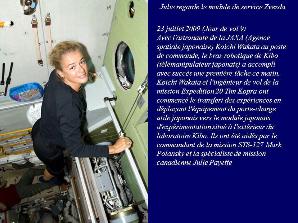 Julie regarde le module de service Zvezda