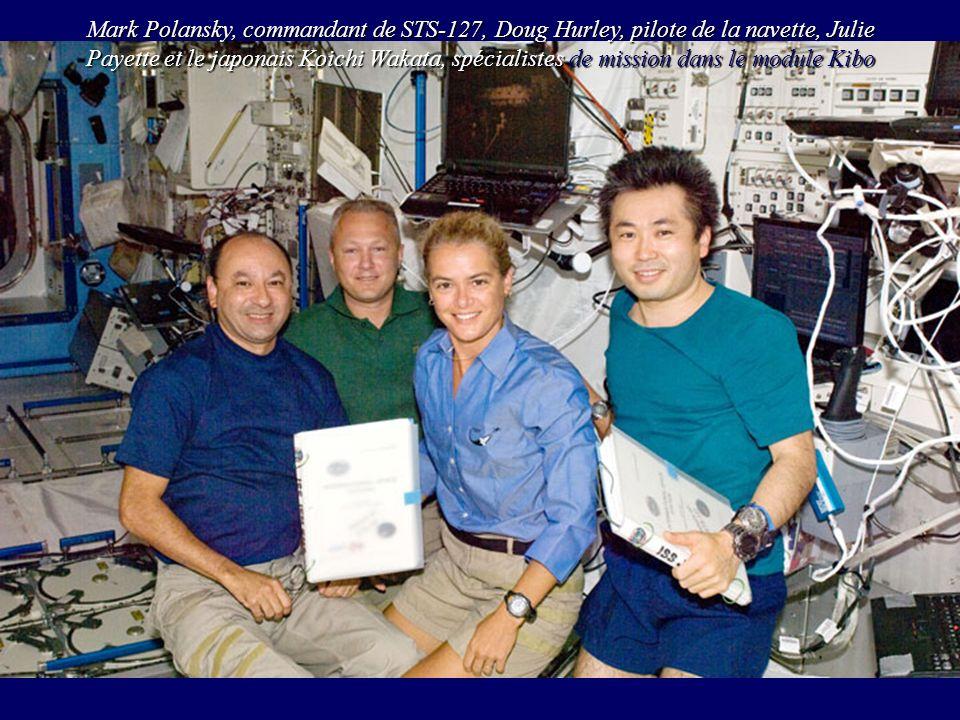 Mark Polansky, commandant de STS-127, Doug Hurley, pilote de la navette, Julie