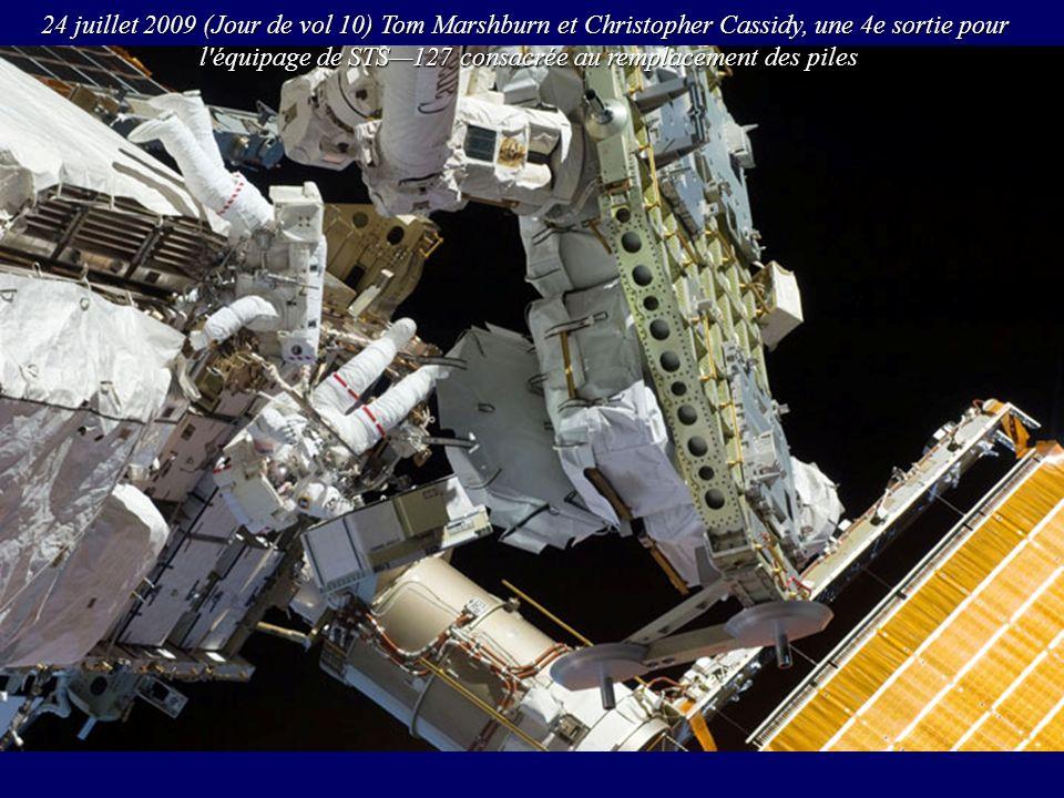 l équipage de STS—127 consacrée au remplacement des piles