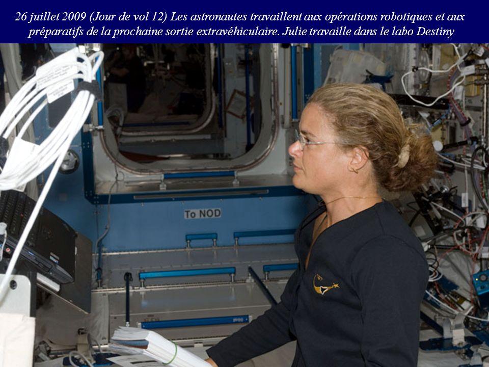 26 juillet 2009 (Jour de vol 12) Les astronautes travaillent aux opérations robotiques et aux
