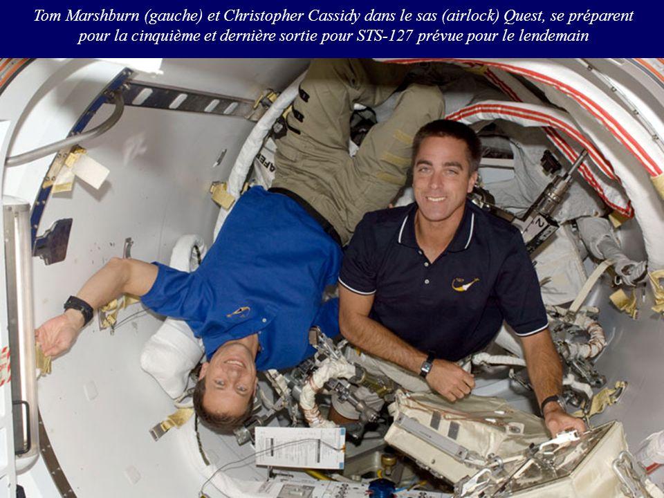 Tom Marshburn (gauche) et Christopher Cassidy dans le sas (airlock) Quest, se préparent