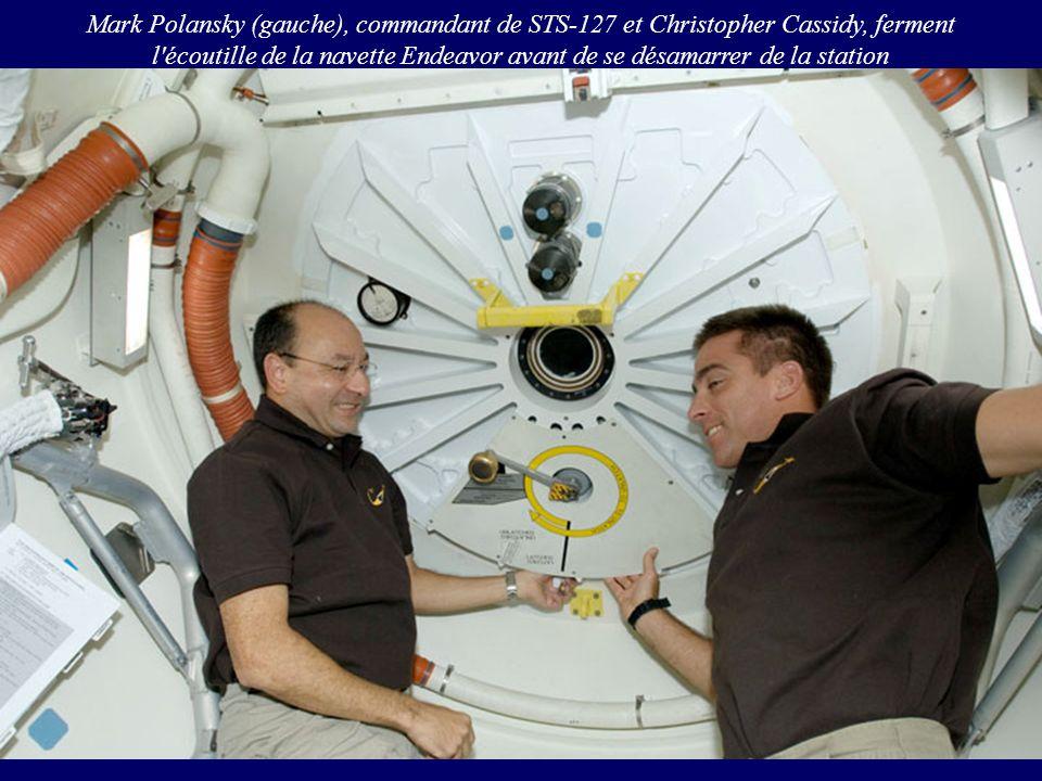 Mark Polansky (gauche), commandant de STS-127 et Christopher Cassidy, ferment