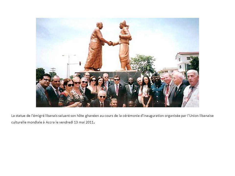 La statue de l'émigré libanais saluant son hôte ghanéen au cours de la cérémonie d'inauguration organisée par l'Union libanaise culturelle mondiale à Accra le vendredi 13 mai 2011.