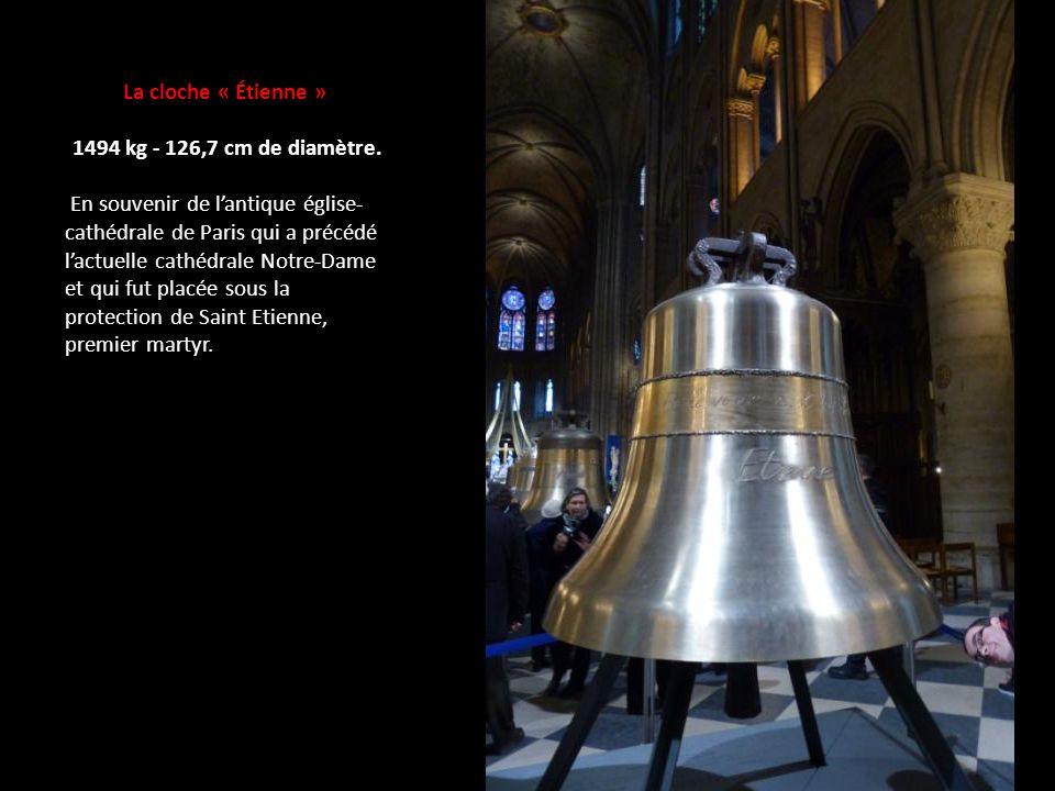 La cloche « Étienne » 1494 kg - 126,7 cm de diamètre.