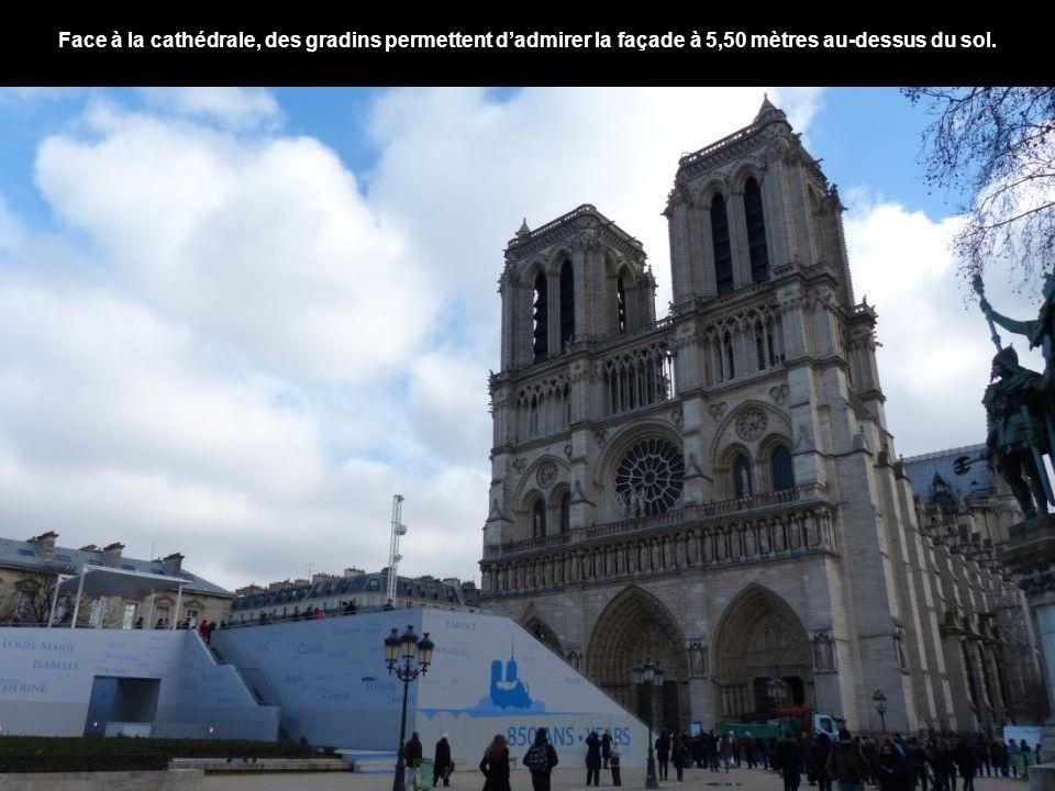 Face à la cathédrale, des gradins permettent d'admirer la façade à 5,50 mètres au-dessus du sol.