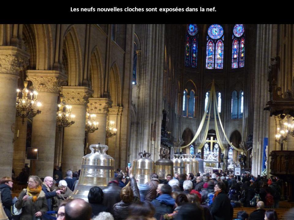 Les neufs nouvelles cloches sont exposées dans la nef.