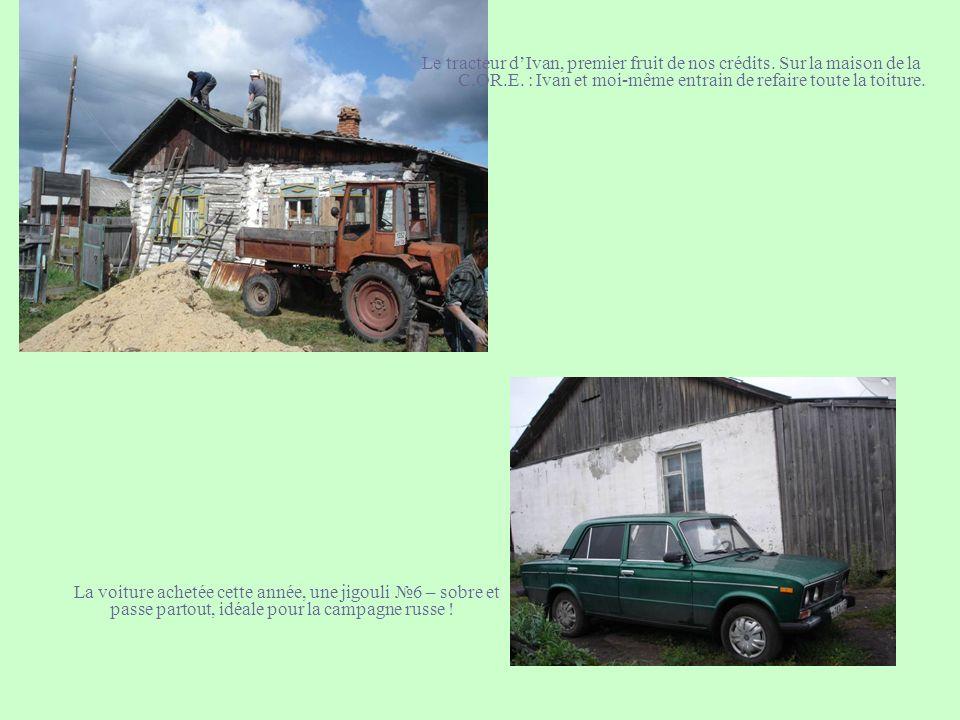 Le tracteur d'Ivan, premier fruit de nos crédits. Sur la maison de la C.OR.E. : Ivan et moi-même entrain de refaire toute la toiture.