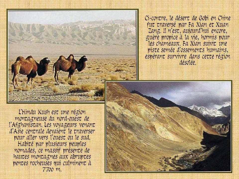 Ci-contre, le désert de Gobi en Chine fut traversé par Fa Xian et Xuan Zang. Il n'est, aujourd'hui encore, guère propice à la vie, hormis pour les chameaux. Fa Xian suivit une piste semée d'ossements humains, espérant survivre dans cette région désolée.